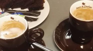 Italiaanse koffie met brownies